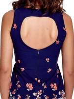 Granatowa sukienka z dekoltem na plecach
