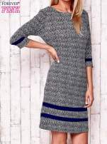 Granatowa sukienka z graficznym nadrukiem i materiałowymi wstawkami                                  zdj.                                  3