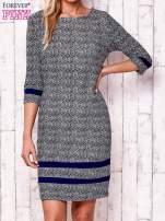 Granatowa sukienka z graficznym nadrukiem i materiałowymi wstawkami                                  zdj.                                  1