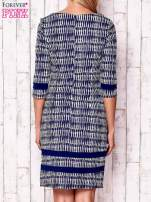 Granatowa sukienka z motywem graficznym i materiałowymi wstawkami                                                                          zdj.                                                                         4