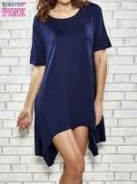 Granatowa sukienka z wydłużanymi bokami                                  zdj.                                  1