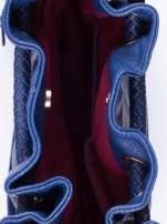 Granatowa torebka z plecionymi uchwytami i frędzlami                                                                          zdj.                                                                         4