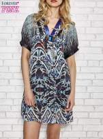 Niebieska wzorzysta sukienka z kamieniami                                                                          zdj.                                                                         1