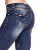 Granatowe gniecione spodnie skinny jeans z rozdarciami na kolanach                                                                          zdj.                                                                         6