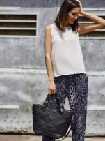 Granatowe lejące spodnie w panterkę                                                                          zdj.                                                                         1