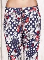 Granatowe lejące spodnie z motywem grochów i kwiatów                                  zdj.                                  5
