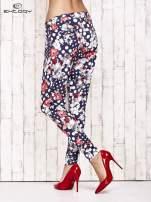 Granatowe lejące spodnie z motywem grochów i kwiatów                                  zdj.                                  4