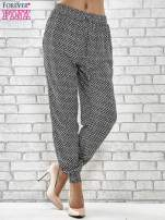 Granatowe zwiewne spodnie alladynki w drobny wzór geometryczny