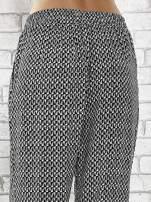 Granatowe zwiewne spodnie alladynki w drobny wzór geometryczny                                  zdj.                                  7