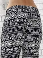 Granatowe zwiewne spodnie alladynki we wzór aztecki