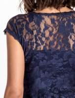 Granatowy koronkowy t-shirt z głębokim dekoltem                                  zdj.                                  6
