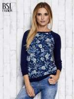 Granatowy kwiatowy sweter z łączonych materiałów