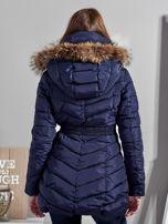 Granatowy pikowany płaszcz damski z futrzanym kołnierzem                                  zdj.                                  2