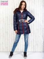 Granatowy płaszcz z paskiem i kolorowymi suwakami                                  zdj.                                  6