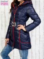 Granatowy płaszcz z paskiem i kolorowymi suwakami                                  zdj.                                  3