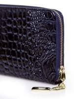 Granatowy portfel kopertówka z motywem skóry krokodyla                                  zdj.                                  4