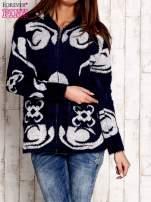 Granatowy sweter long hair z ornamentowym motywem                                  zdj.                                  1