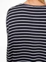 Granatowy sweter w białe paski o kroju oversize                                  zdj.                                  9