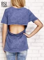Granatowy t-shirt z egzotycznym nadrukiem dłoni i wycięciem na plecach                                  zdj.                                  2