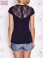Granatowy t-shirt z kieszonką i koronkowym tyłem
