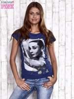 Granatowy t-shirt z nadrukiem Audrey Hepburn                                  zdj.                                  3