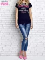 Granatowy t-shirt z napisem FASHION DISTRICT z dżetami                                  zdj.                                  4