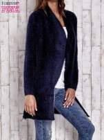 Granatowy włochaty sweter z kaskadowym kołnierzem                                                                          zdj.                                                                         3