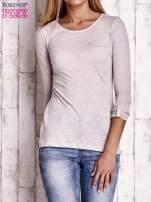 Jasnobeżowa bluzka z podwijanymi rękawami