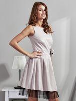 Jasnobeżowa sukienka z ozdobnym kwiatem                                  zdj.                                  5