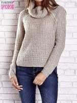 Jasnobeżowy sweter oversize z luźnym golfem                                  zdj.                                  2