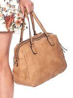 Jasnobrązowa owalna torebka z karbowaną wstawką w kwiaty                                  zdj.                                  5