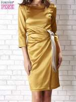 Jasnobrązowa sukienka ze srebrną kokardą                                                                           zdj.                                                                         4