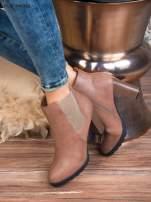 Jasnobrązowe skórzane botki na słupku z gumkowaną cholewką i gumkowaną wstawką                                  zdj.                                  1