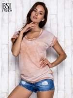 Jasnobrązowy asymetryczny t-shirt z trójkątnym dekoltem                                  zdj.                                  5