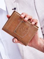 Jasnobrązowy portfel skórzany dla mężczyzny z naszywką                                  zdj.                                  1