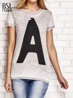 Jasnobrązowy t-shirt z literą A                                  zdj.                                  1