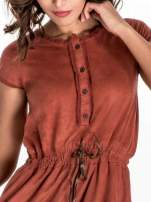 Jasnoczerwona sukienka z zamszu w stylu boho