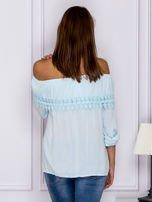 Jasnoniebieska bluzka hiszpanka z koronkową lamówką                                  zdj.                                  2