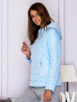 Jasnoniebieska pikowana kurtka przejściowa z ozdobnymi suwakami                                  zdj.                                  5