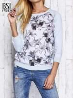Jasnoniebieski kwiatowy sweter z łączonych materiałów