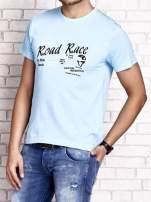 Jasnoniebieski t-shirt męski z wyścigowym napisem ROAD RACE                                                                          zdj.                                                                         4