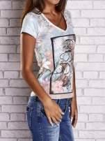 Jasnoniebieski t-shirt w kwiaty i z egzotycznym nadrukiem                                                                          zdj.                                                                         3