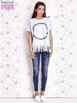 Jasnoniebieski t-shirt z nadrukiem i frędzlami                                                                          zdj.                                                                         2