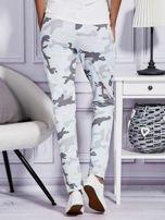 Jasnoniebieskie spodnie dresowe w militarny wzór                                  zdj.                                  2