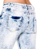 Jasnoniebieskie spodnie jeansowe rurki z dziurami na kolanach                                  zdj.                                  7