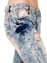 Jasnoniebieskie spodnie jeansowe rurki z dziurami typu cut out                                  zdj.                                  6