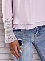 Jasnoróżowa bluzka z koronkowym wykończeniem rękawów                                  zdj.                                  7