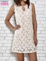 Jasnoróżowa koronkowa sukienka z wiązaniem przy dekolcie                                                                          zdj.                                                                         1