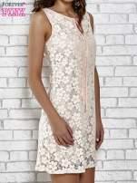 Jasnoróżowa koronkowa sukienka z wiązaniem przy dekolcie                                                                          zdj.                                                                         5