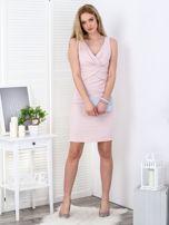 Jasnoróżowa sukienka z drapowaniami przy dekolcie                                  zdj.                                  4